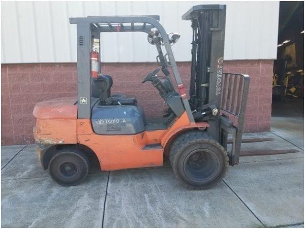Toyota-7FDU30 - Pneumatic Tire Forklifts